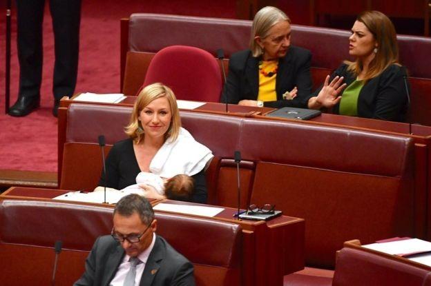 Cựu nghị sĩ Australia Larissa Waters cho con bú trong một phiên họp quốc hội hồi tháng 5 (Ảnh: Reuters)