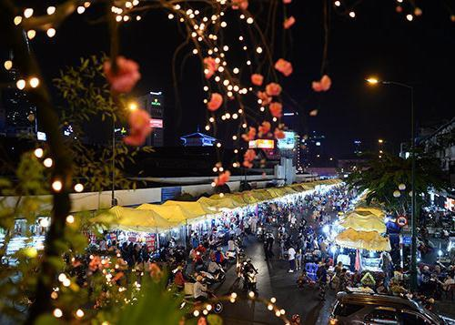 Chợ đêm Bến Thành tấp nập.