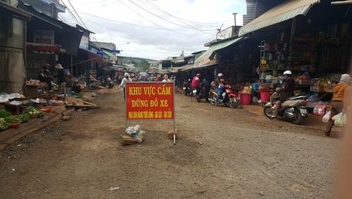 Khu chợ cũ mặc dù có biển cấm nhưng vẫn tấp nập người mua kẻ bán