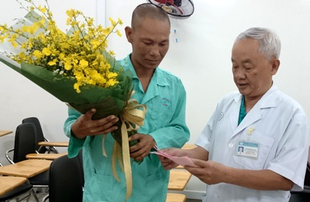 PGS Nguyễn Văn Khôi thăm hỏi chúc mừng anh Cường đã bình phục về với gia đình