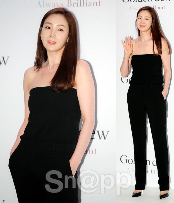 Choi Ji Woo được xem là một trong những biểu tượng thời trang của làng giải trí xứ Hàn. Cô chuộng phong cách thanh lịch và sang trọng.