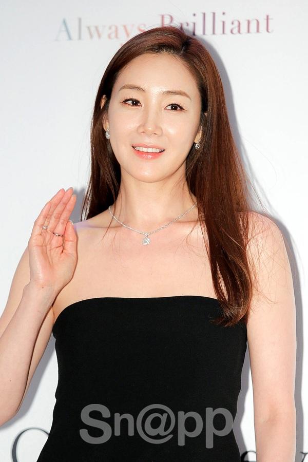 Gu ăn mặc của Choi Ji Woo cũng được đánh giá cao và là biểu tượng thời trang mà phụ nữ trung niên Hàn theo đuổi.