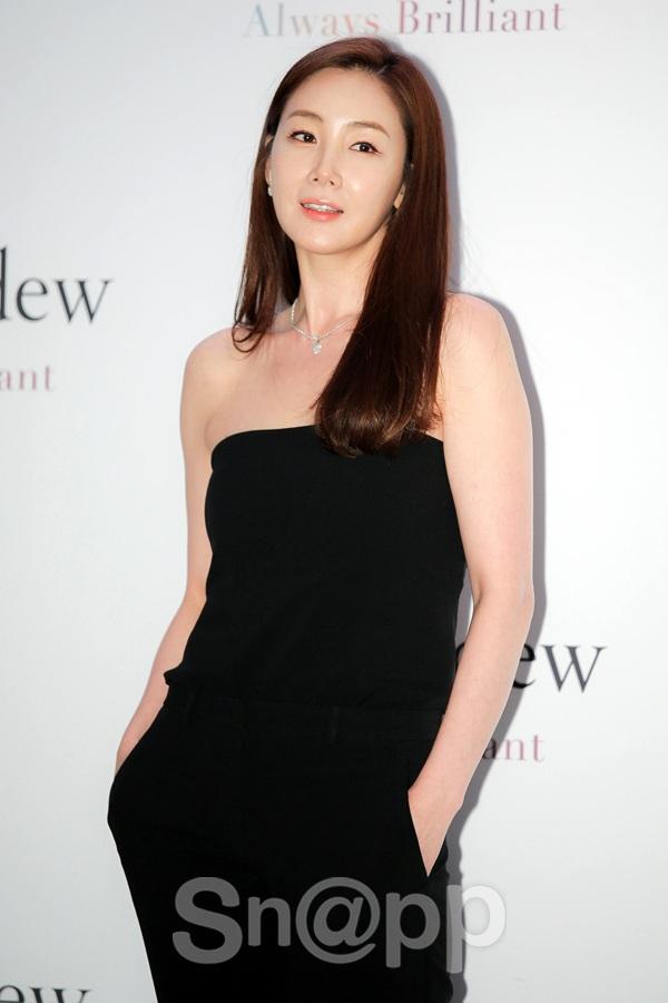 Ngày 23/6 vừa rồi, Choi Ji Woo xuất hiện tại một sự kiện ở Seoul, Hàn Quốc. Làn da căng bóng trẻ khỏe của cô nhanh chóng khiến mọi người chú ý.