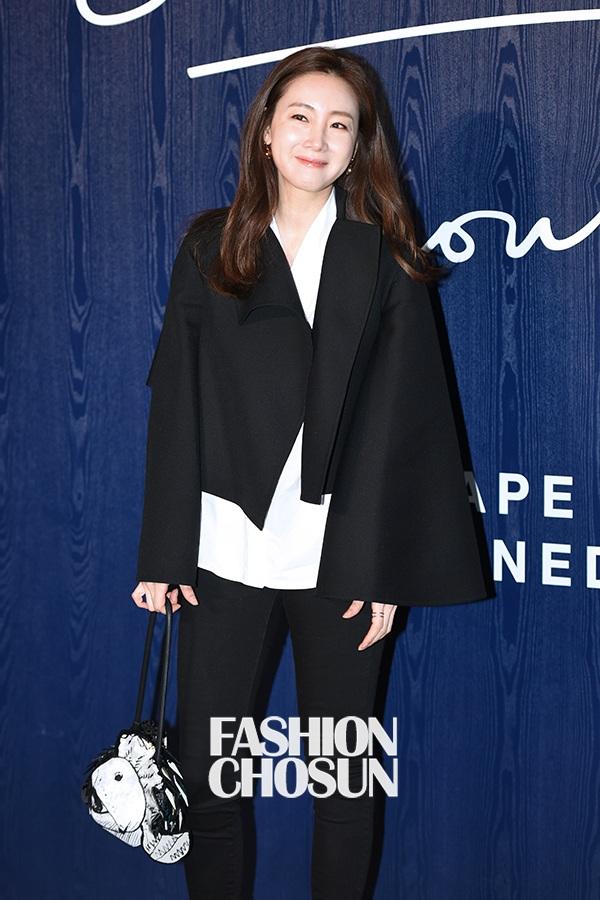 Dù đã qua giai đoạn đỉnh cao sự nghiệp và không còn tham gia nhiều bộ phim hay các sự kiện của làng giải trí, nhưng Choi Ji Woo vẫn luôn được xem là một trong những ngôi sao nổi tiếng và được yêu thích nhất của Hàn Quốc tại châu Á.