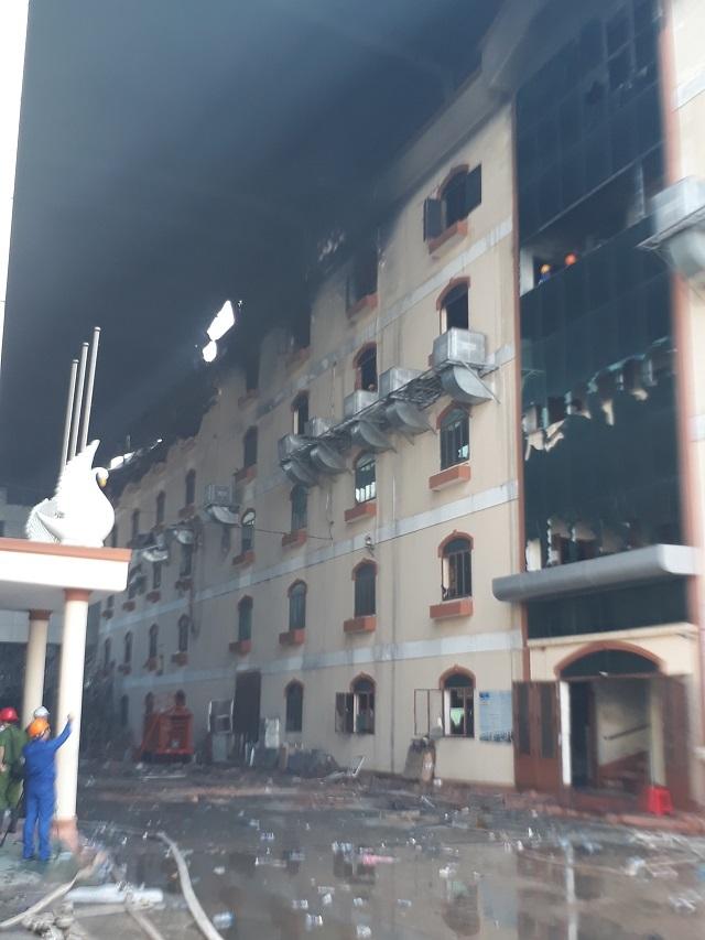 Sáng nay lực lượng chức năng tiến hành đập một số mảng tường ở tòa nhà 5 tầng của công ty may.