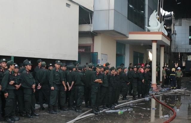 Cảnh sát cơ động được điều đến hiện trường để hỗ trợ công tác dập lửa