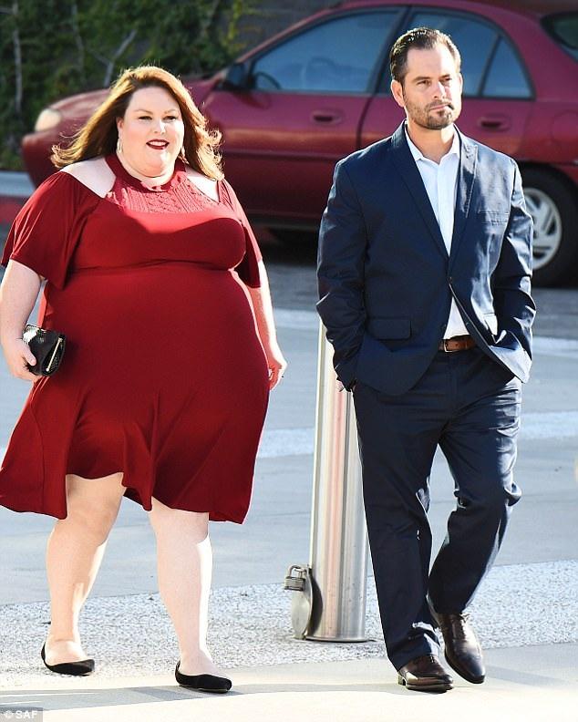 Ngôi sao của bộ phim truyền hình ăn khách This Is Us rực rỡ trong bộ váy đỏ, sánh đôi bạn trai mà cô hẹn hò đã được 8 tháng