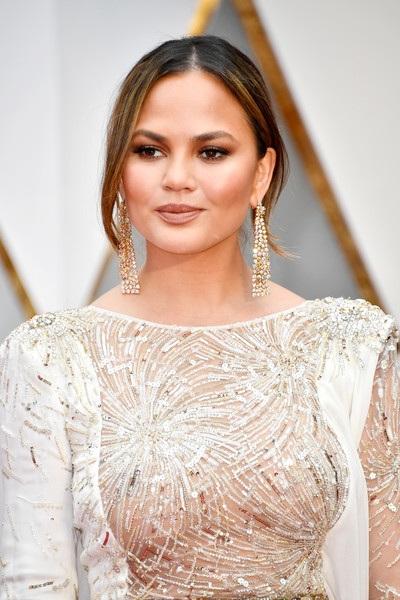 Vợ chồng ca sỹ John Legend - siêu mẫu Chrissy Teigen là 2 trong số những khách có mặt sớm nhất trên thảm đỏ Oscars 2017