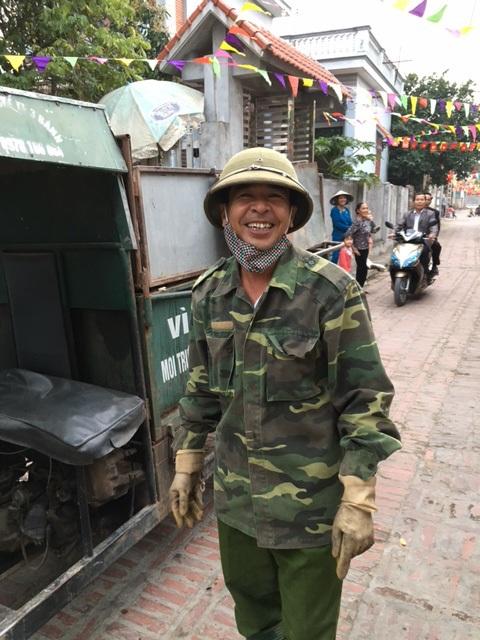 Anh Tạ Văn Cường - người truyền cảm hứng cho bà con trong việc thu gom rác, vệ sinh môi trường