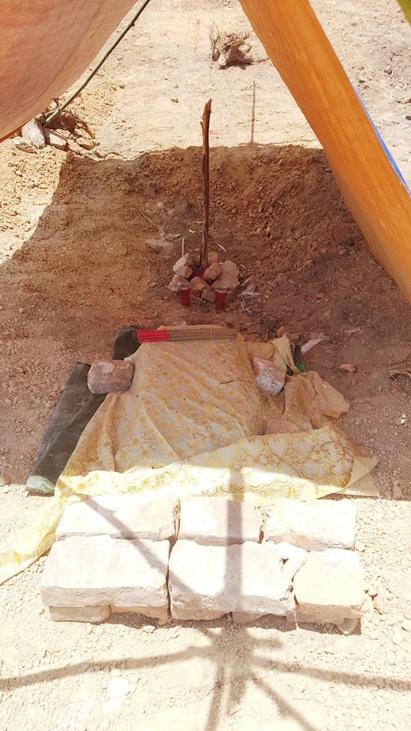 Dựng bạt và đặt bát nhang tại khu mộ bị san lấp đau xót