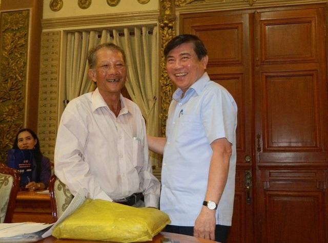 Ông Nguyễn Thanh Giảng (huyện Bình Chánh) vui mừng vì vụ việc kéo dài 20 năm của nhà mình đã được Chủ tịch UBND TPHCM Nguyễn Thành Phong giải quyết thấu đáo trong vòng 1 giờ đồng hồ