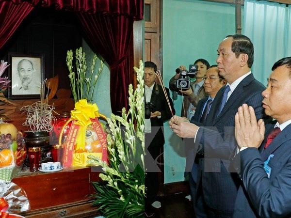 Chủ tịch nước Trần Đại Quang dâng hương tưởng niệm Chủ tịch Hồ Chí Minh tại Nhà 67, Khu Di tích Chủ tịch Hồ Chí Minh tại Phủ Chủ tịch. (Ảnh: Nhan Sáng/TTXVN)
