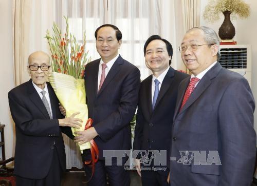 Chủ tịch nước Trần Đại Quang chúc Tết giáo sư-Anh hùng Lao động Vũ Khiêu và gia đình
