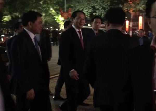 Sau khi thăm lực lượng ứng trực đêm giao thừa tại tượng đài Quyết tử cho tổ quốc quyết sinh, Chủ tịch nước vào UBND Hà Nội chúc tết lãnh đạo, cán bộ thành phố.