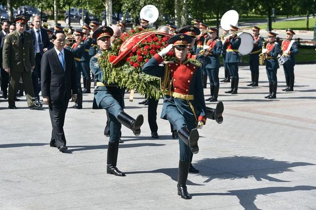 Trước đó, Chủ tịch Trần Đại Quang đã đến đặt vòng hoa tại Đài tưởng niệm các chiến sỹ vô danh ở thủ đô Moscow (Ảnh: Reuters)