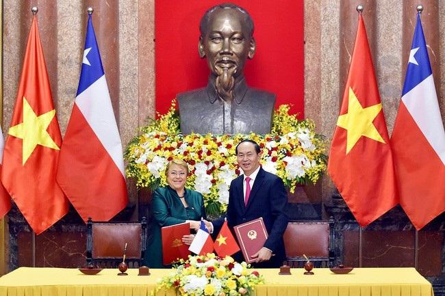 Chủ tịch nước Trần Đại Quang và Tổng thống Cộng hòa Chile Michelle Bachelet ký Tuyên bố chung. (Ảnh: VGP).