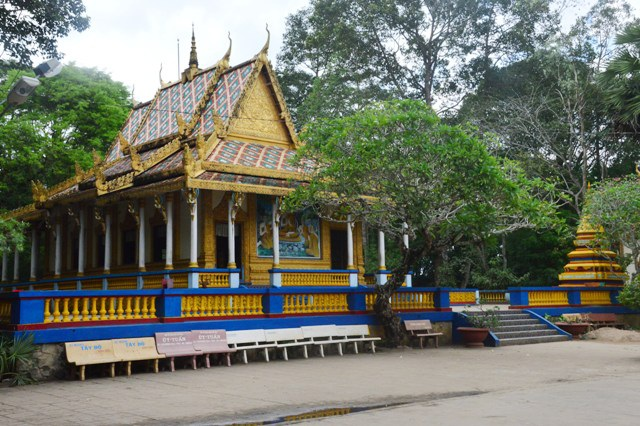 """Chùa Dơi (hay chùa Mahatup) nổi tiếng không chỉ vì có tuổi đời trên 400 năm, có kiến trúc độc đáo mà còn nổi tiếng bởi sự hiện diện của đàn dơi hàng trăm ngàn con. Du khách đến với chùa Dơi là để được ngắm đàn dơi đang treo mình lúc lỉu, kêu chí chóe trên các ngọn cây trong khuôn viên chùa. Thế nhưng, gần đây, chùa Dơi có vẻ đã """"ế"""" khách."""