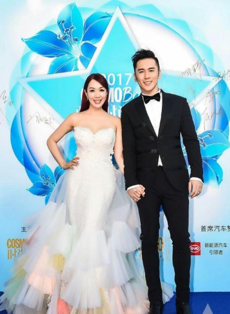 Chung Lệ Đề và chồng trẻ làm đám cưới vào tháng 11 năm ngoái sau gần 2 năm hò hẹn. Đáng cưới của họ khiến người hâm mộ, bạn bè rất ngạc nhiên, song cũng vô cùng ngưỡng mộ.