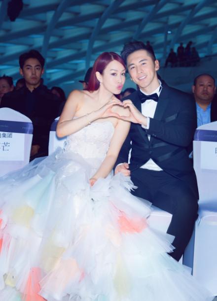 Chung Lệ Đề cùng chồng, người mẫu Trương Luân Thạc, tham dự một sự kiện thời trang ở Bắc Kinh, Trung Quốc, ngày 25/2.