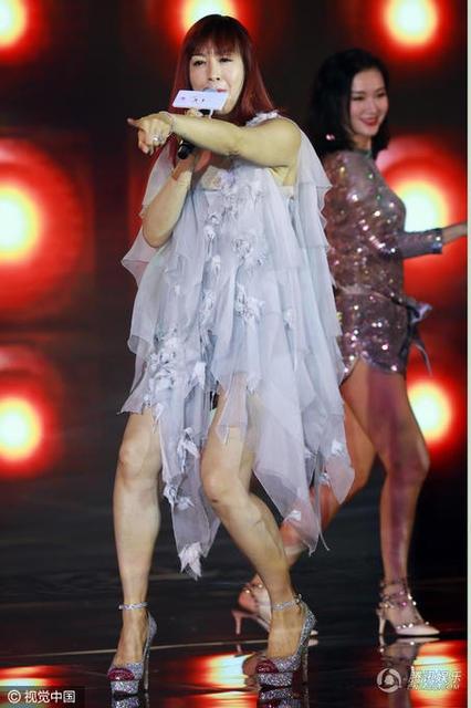 Chung Lệ Đề tham gia trình diễn trong một chương trình tối 16/2. Cô diện váy ngắn khoe đôi chân săn chắc.