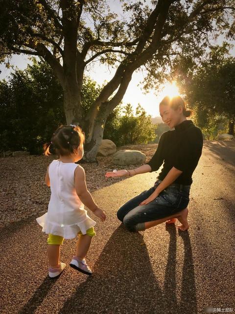 Ngày 15/3 vừa rồi, Chương Tử Di đã đăng tải hình ảnh cô vui đùa cùng cô con gái nhỏ bên vệ đường trên trang cá nhân. Hình ảnh hạnh phúc và bình dị của hai mẹ con ngôi sao điện ảnh Hoa ngữ lập tức thu hút sự quan tâm của cư dân mạng.