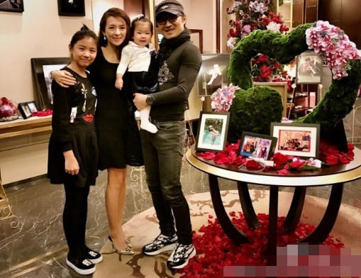 Con gái của Chương Tử Di chào đời vào tháng 1/2016. Cô bé là kết quả tình yêu giữa Chương Tử Di và rocker Uông Phong. Cặp đôi hò hẹn gần 2 năm trước khi quyết định đính hôn vào năm 2015 và đón con gái đầu lòng vào đầu năm 2016. Trong ảnh, vợ chồng Tử Di và Uông Phong chụp ảnh cùng con gái ruột của hai người và con gái riêng của Uông Phong.