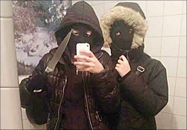 Hai cô gái chụp chung một hình ảnh selfie trước khi thực hiện một vụ cướp ở nhà hàng tại Thụy Điển. Cảnh sát sau đó đã dựa vào hình ảnh được chia sẻ này trên mạng xã hội lần ra danh tính và bắt giữ hai cô gái này.