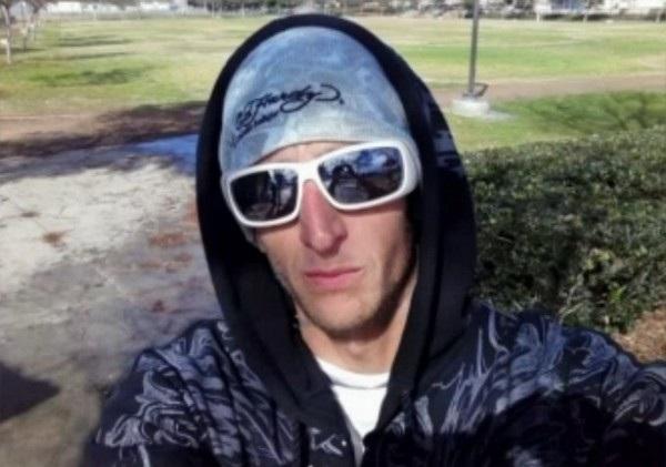 Một chiếc điện thoại được tìm thấy tại hiện trường một vụ cướp ở bang California (Mỹ), trong đó có hình ảnh selfie của một người đàn ông, được xác định danh tính là Adam Howe. Cảnh sát sau đó đã xác định tên này chính là thủ phạm của vụ cướp và lập tức bắt giữ. Khi bị bắt giữ, cảnh sát còn phát hiện ra chiếc điện thoại mà tên này bỏ lại hiện trường cũng được y lấy cắp từ một nhà thờ.