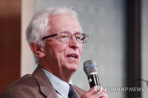 Chuyên gia hạt nhân Mỹ - giáo sư Siegfried Hecker (Ảnh: Yonhap)