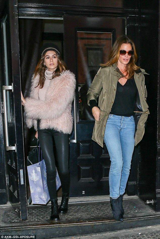 Siêu mẫu kỳ cựu Cindy Crawford và con gái Kaia Gerber rời khách sạn tại New York ngày 15/2 vừa qua