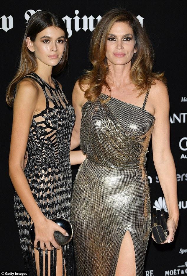 Kaia Gerber cùn mẹ ruột, siêu mẫu Ciindy Crawford tham dự tuần lễ thời trang Milan, Ý, tối 22/9.