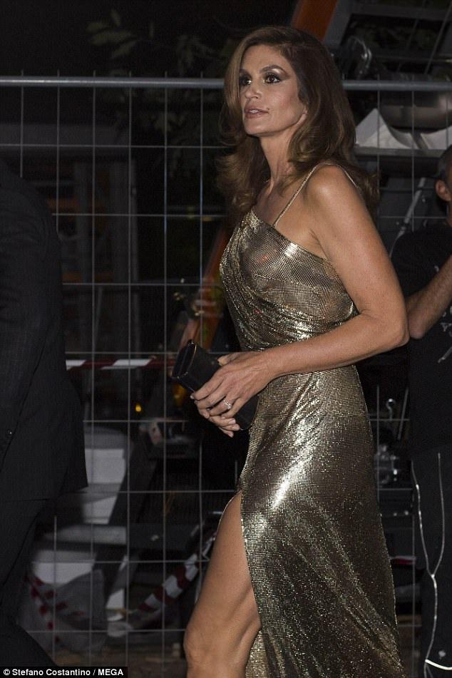 Siêu mẫu 51 tuổi vẫn đẹp rực rỡ và quyến rũ.