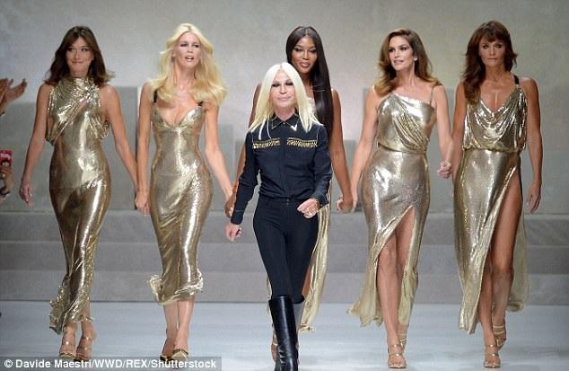 Cindy tái hợp những người bạn cùng lứa như Claudia Schiffer, 47, Naomi Campbell, 47, Helen Christensen, 48, Carla Bruni, 49 trong show diễn của Versace. Năm siêu mẫu này từng là thế hệ vàng của làng mốt những năm 90 của thế kỷ trước.