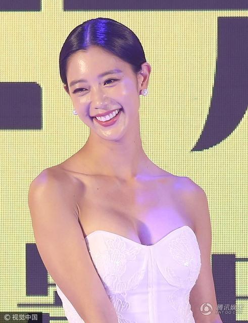 Clara rạng ngời và quyến rũ khi làm khách trong một sự kiện tại Bắc Kinh, Trung Quốc, tối 22/9. Nữ diễn viên 32 tuổi đến từ Hàn Quốc rất được lòng fan Trung Quốc. Năm ngoái, khán giả châu Á còn bỏ phiếu bình chọn cô là ngôi sao xinh đẹp và gợi cảm nhất châu Á.