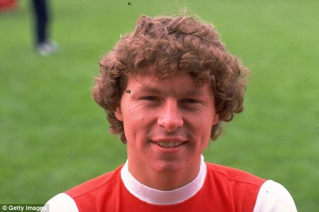 """Năm 1980, Arsenal chi 1,25 triệu bảng chiêu mộ tiền đạo Clive Allen từ QPR. Dù vậy, cầu thủ này chỉ thi đấu 3 trận cho """"Pháo thủ, trước khi được trao đổi với hậu vệ cánh trái Kenny Sansom của Crystal Palace. Nhiều người cho rằng, Arsenal mua Clive Allen với mục đích duy nhất là dụ dỗ Crystal Palace """"nhả"""" Kenny Sansom."""