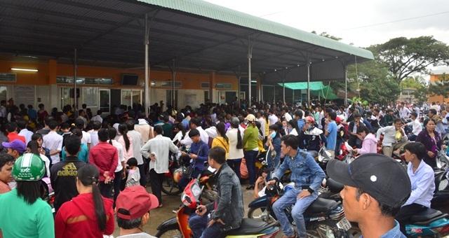 Hàng ngàn người dân kéo nhau đi làm chứng minh