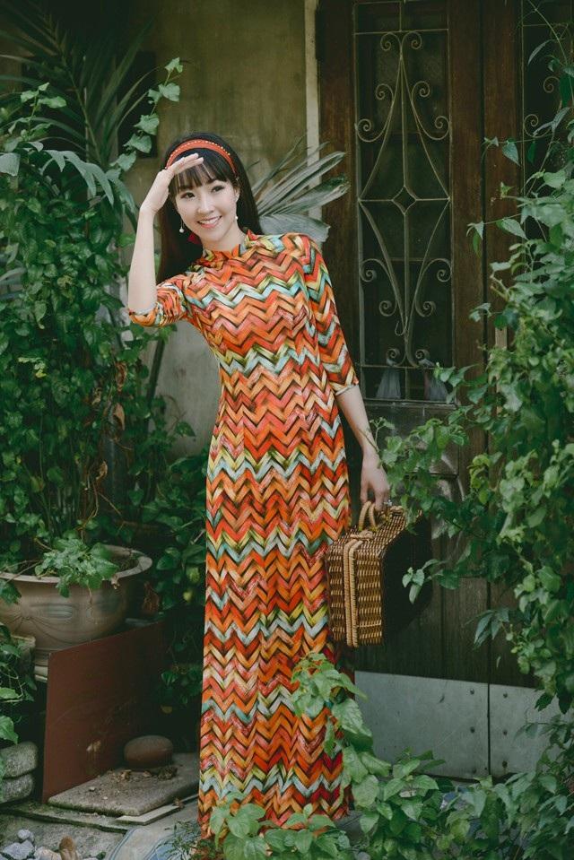 Với nụ cười tươi sáng và khuôn mặt thanh tú, Kiều Nhi đã được chọn làm gương mặt xuất hiện trong BST mới nhất của một thương hiệu áo dài nổi tiếng.