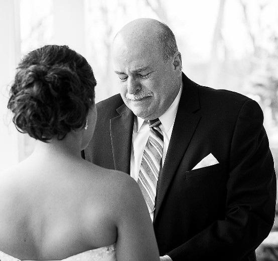 Nỗi xúc động của cha khi chứng kiến con gái đã trưởng thành.