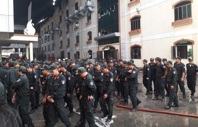 Lực lượng cảnh sát cơ động được cử vào bên trong thu gom đồ ra bên ngoài