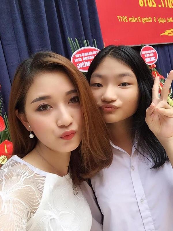 Thuý Ngân là cô giáo rất thân thiện và gần gũi với học trò. Cô trò thường xuyên có những bức ảnh selfie đáng yêu như thế này.