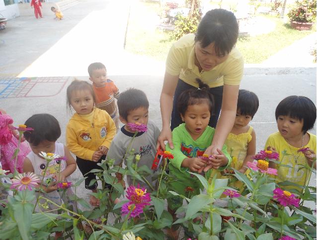 Cô giáo Nguyễn Thị Thanh Huyền và các em học sinh mầm non - (Ảnh: NVCC)