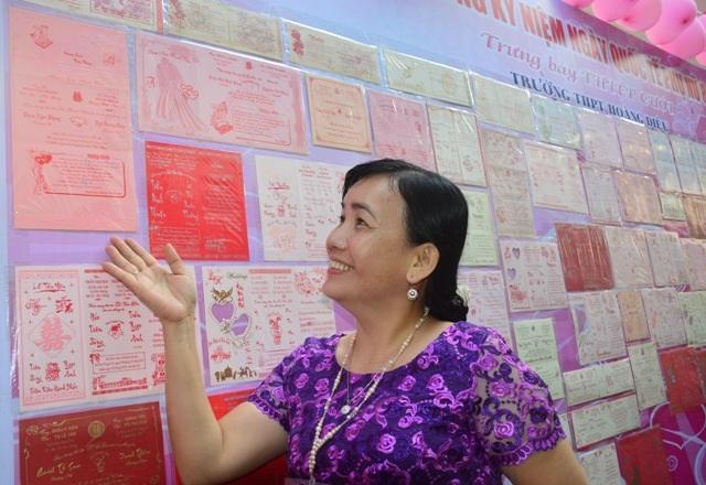 Cô Phạm Ngọc Phụng cười tươi khi thấy tấm thiệp cưới của mình trong bộ sưu tập của thầy Thông.
