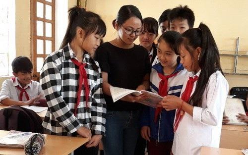 Cô Phạm Thị Hương Thảo luôn hướng dẫn tận tình học sinh.