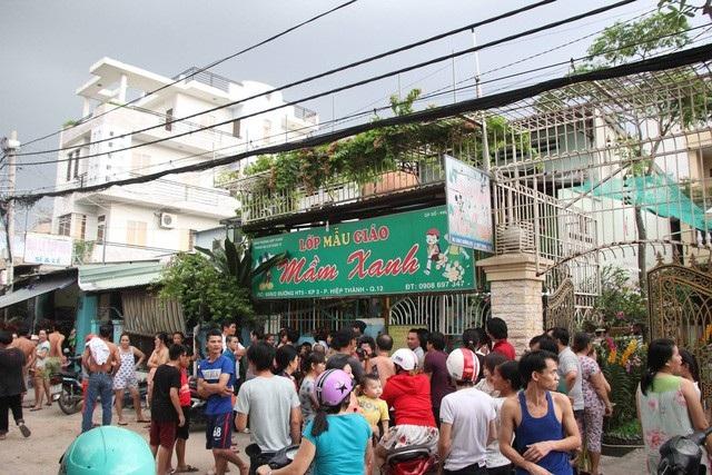 Rất đông người dân khu phố tụm lại bàn tán trước sự việc bạo hành trẻ mầm non ở cơ sở Mầm Xanh (quận 12, TPHCM).
