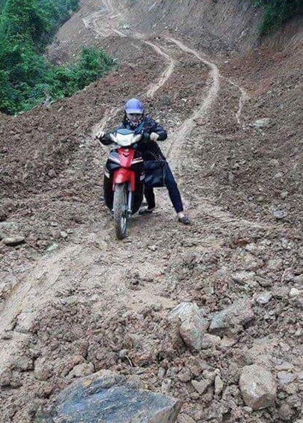 Xe máy là phương tiện duy nhất để cô đi trên những con đường lầy lội đến với các em, bản làng ...