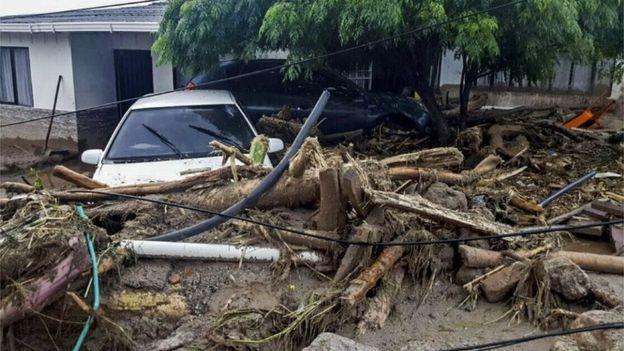 Không chỉ thiệt hại về người, trận lở đất và lũ lụt cũng khiến rất nhiều ngôi nhà bị hư hỏng, trong đó có nhiều ngôi nhà và phương tiện bị cuốn trôi. Hai cây cầu trong khu vực này cũng bị tàn phá. (Ảnh: Getty)