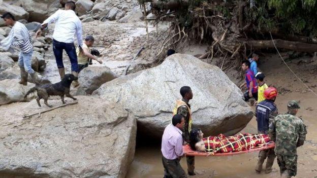 Lực lượng cứu hộ nhanh chóng đưa người bị thương tới nơi an toàn sau vụ lở đất (Ảnh: Getty)