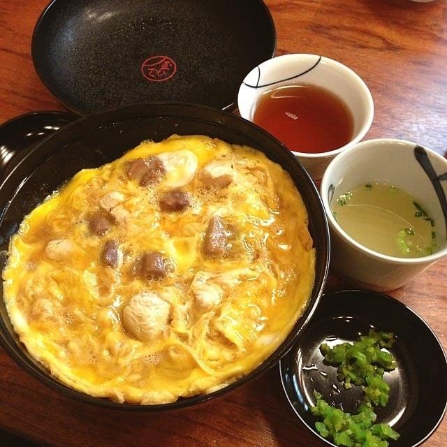 Món cơm gà Oyakodon nổi tiếng của nhà hàng được nấu từ công thức truyền thống