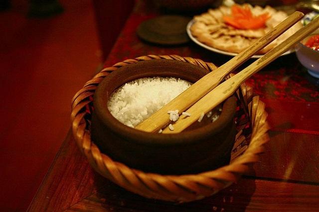 Cơm cũng cần được chế biến tỉ mỉ để đảm bảo hương vị.