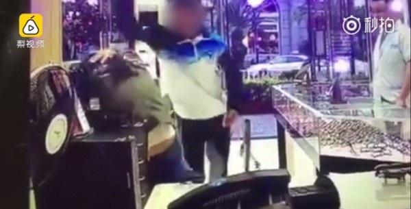 Thiếu niên mặc đồng phục trường học thẳng tay đánh vào đầu mẹ mình khiến nhiều người phẫn nộ